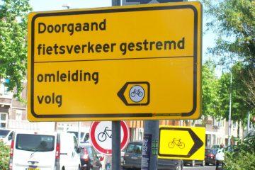 verkeersborden die verschillende kanten op wijzen