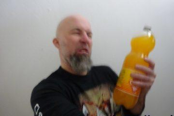 Alexsander Hesse met een fles sinas.