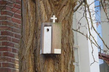 kruis op vogelhokje