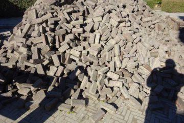 een grote stapel stenen