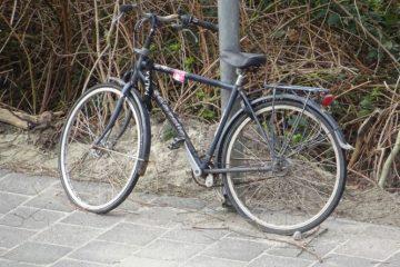 een fiets aan een lantarenpaal